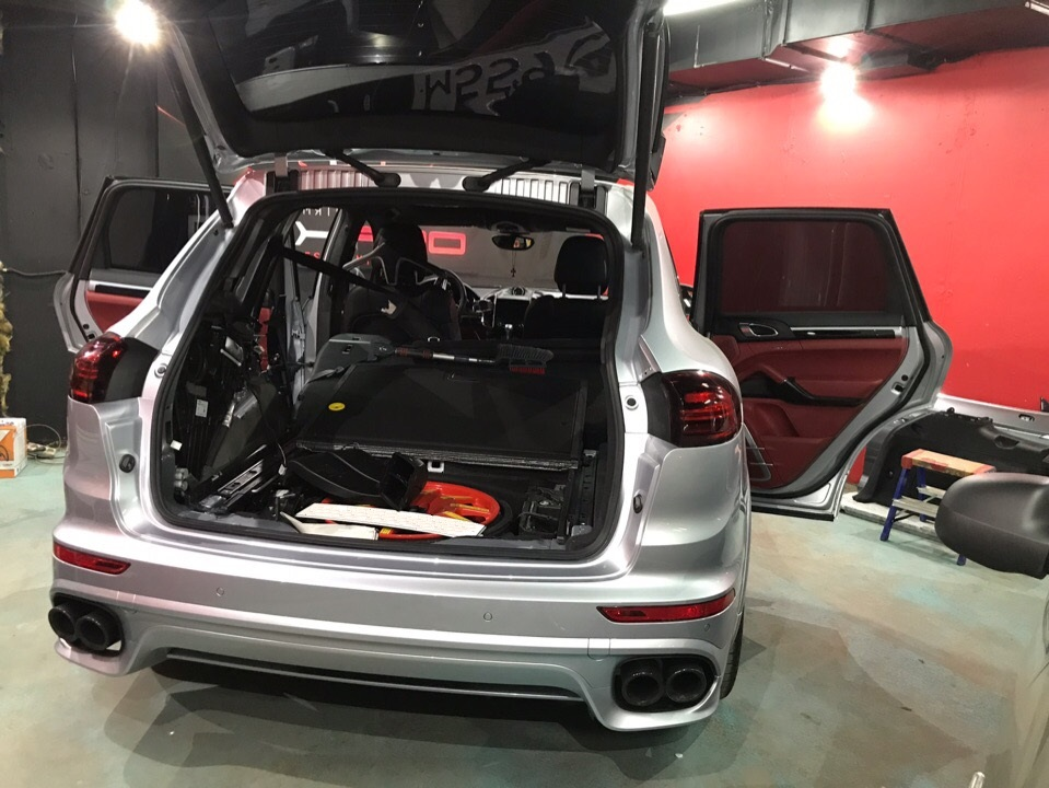 Удаление вмятины на заднем крыле Porsche Cayenne GTS